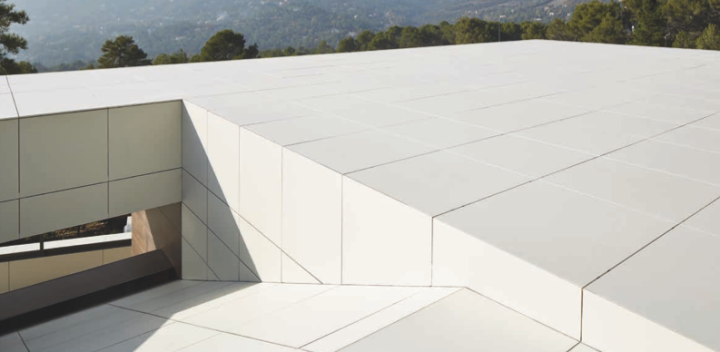 Porcelain stoneware roof featuring Neolith's Nieve Satin